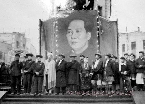 1950年11月兄弟民族代表团在重庆解放碑参加集会